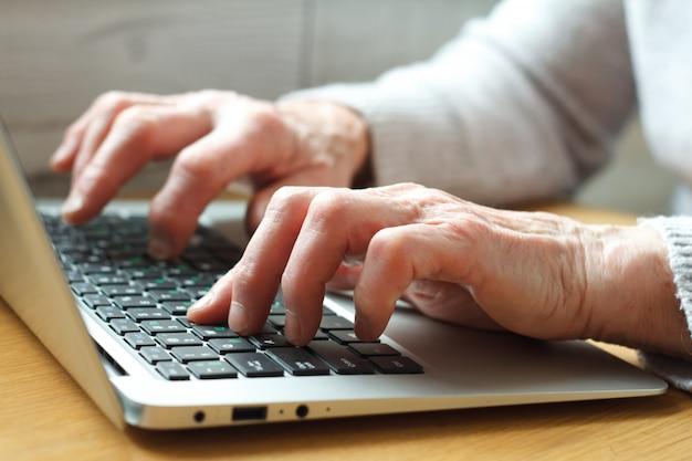 Mulher de negócios idosos sênior trabalhando no laptop.