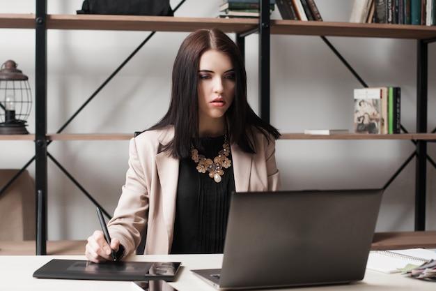 Mulher de negócios impressionada olhando para um laptop