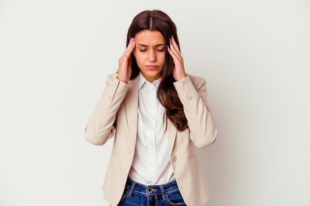 Mulher de negócios indiana jovem isolada no branco, tocando as têmporas e tendo dor de cabeça.