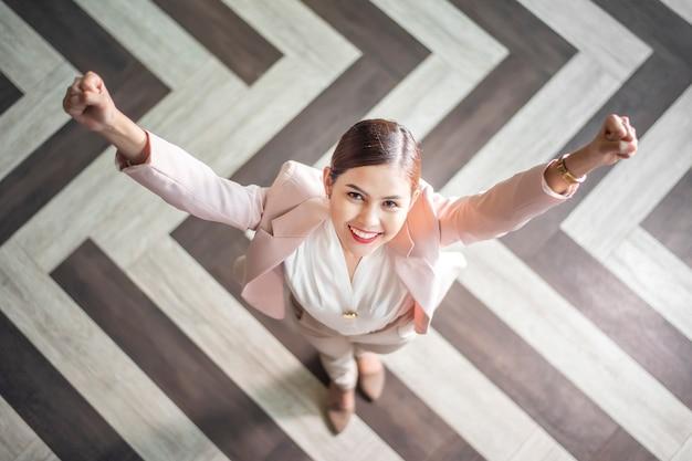 Mulher de negócios inteligente está em pé, vista superior