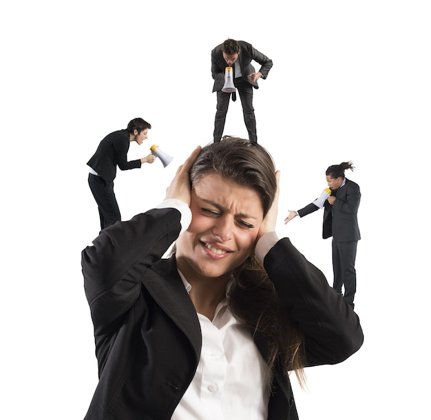 Mulher de negócios irritada com gritos