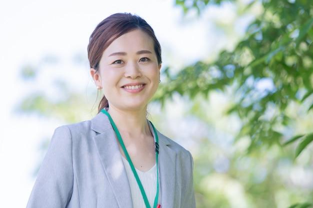 Mulher de negócios japonês sorridente