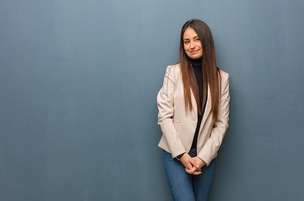 Mulher de negócios jovem alegre com um grande sorriso