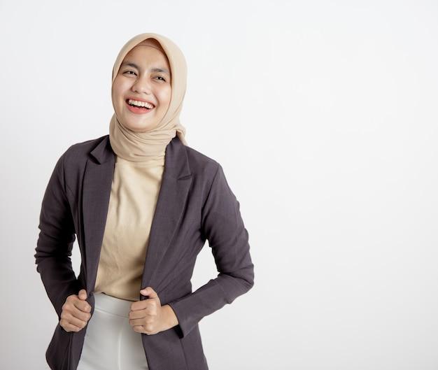 Mulher de negócios jovem alegre pronta para trabalhar, com a mão segurando o conceito de trabalho de escritório de ternos isolado