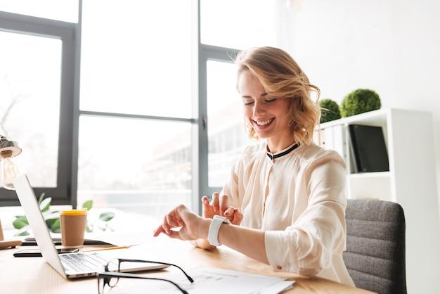 Mulher de negócios jovem alegre