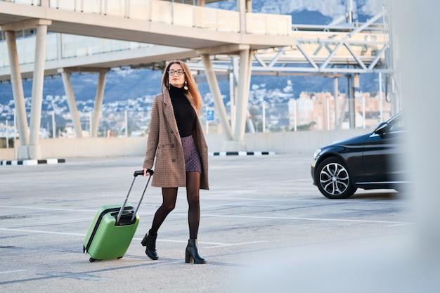 Mulher de negócios jovem andando