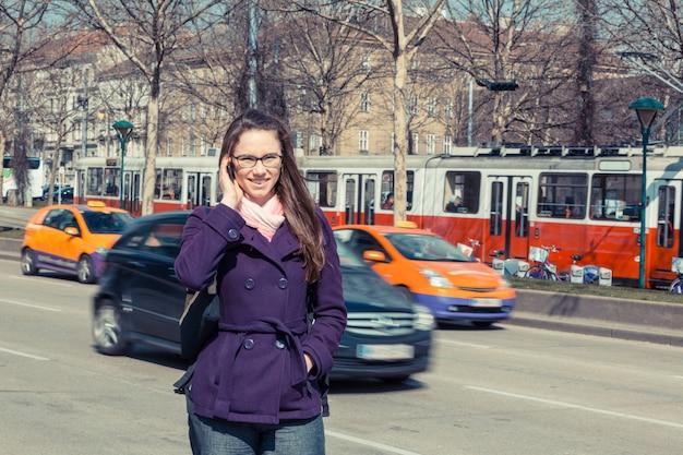 Mulher de negócios jovem ao lado da estrada urbana