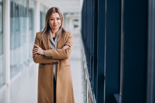Mulher de negócios jovem casaco esperando no terminal