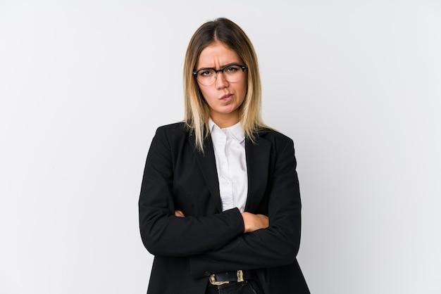 Mulher de negócios jovem caucasiana, cara carrancuda em desgosto, mantém os braços cruzados.