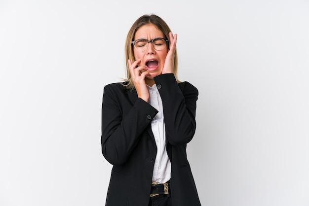 Mulher de negócios jovem caucasiana chorando e chorando desconsoladamente.