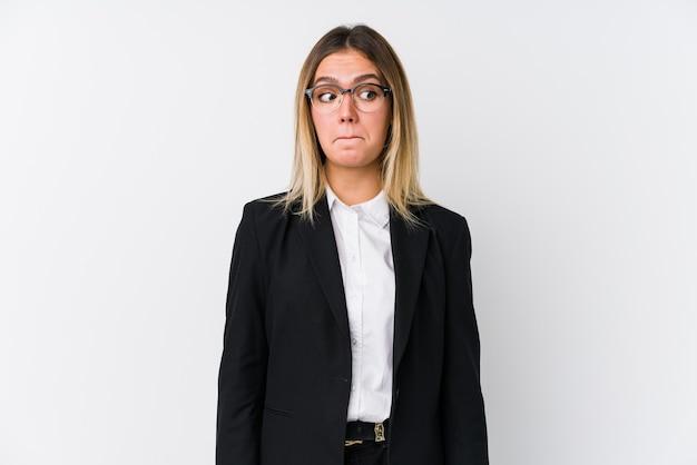 Mulher de negócios jovem caucasiana confusa, sente-se em dúvida e insegura.
