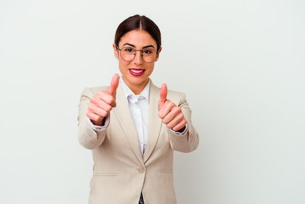 Mulher de negócios jovem caucasiana isolada no branco com polegares para cima, elogios sobre algo, conceito de apoio e respeito.