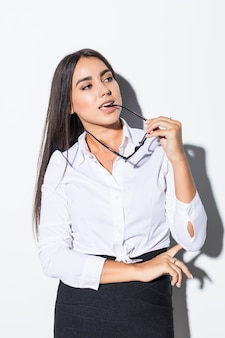 Mulher de negócios jovem caucasiano feliz linda na camisa clássica branca e óculos isolados no branco close-up. gerente, trabalhador, aluno. copie o espaço para anúncio