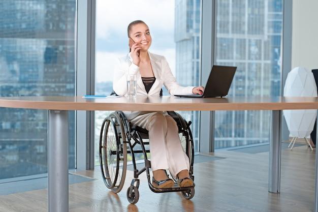 Mulher de negócios jovem com deficiência trabalhando no escritório