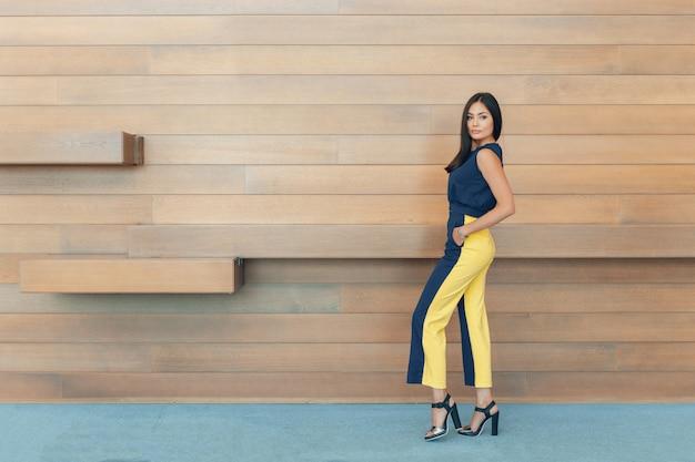 Mulher de negócios jovem confiante atraente