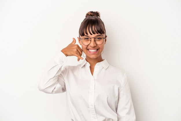 Mulher de negócios jovem de raça mista isolada no fundo branco, mostrando um gesto de chamada de telefone móvel com os dedos.