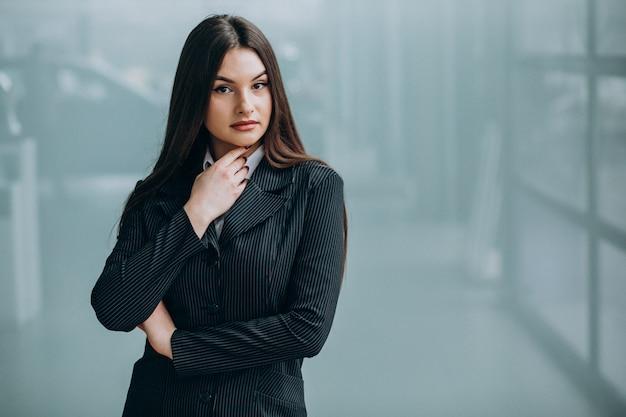 Mulher de negócios jovem dentro do escritório