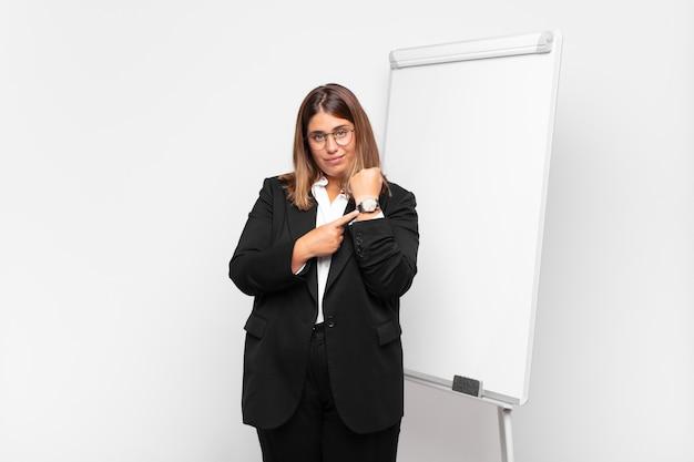 Mulher de negócios jovem e bonita com um quadro branco