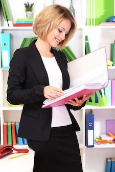 Mulher de negócios jovem e bonita trabalhando em um escritório