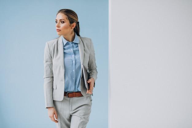 Mulher de negócios jovem em pé no escritório isolado