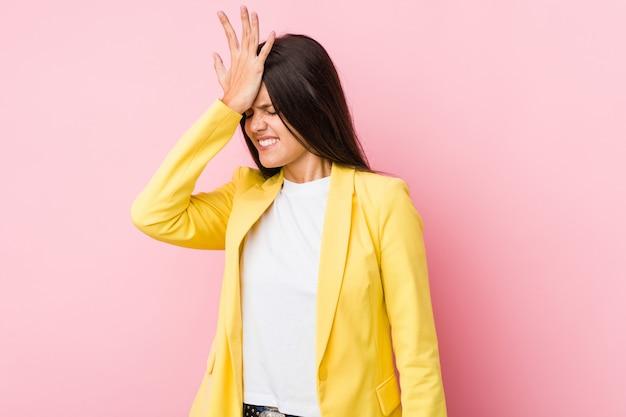 Mulher de negócios jovem esquecendo algo, tapa na testa com a palma da mão e fechar os olhos.