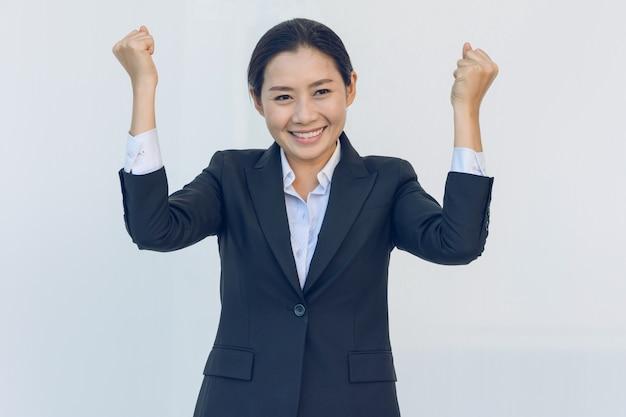 Mulher de negócios jovem feliz com as mãos para cima