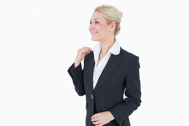 Mulher de negócios jovem feliz olhando para longe