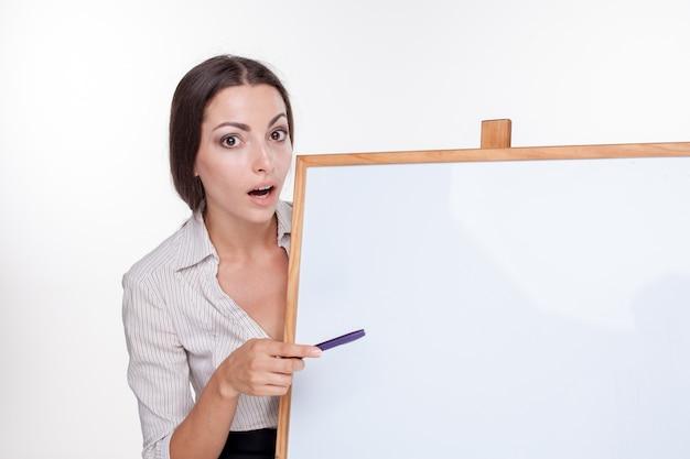 Mulher de negócios jovem mostrando algo em branco