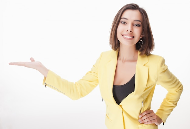 Mulher de negócios jovem mostrando algo