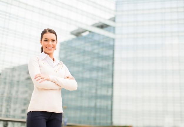 Mulher de negócios jovem na frente do prédio de escritórios