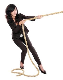 Mulher de negócios jovem puxando uma corda