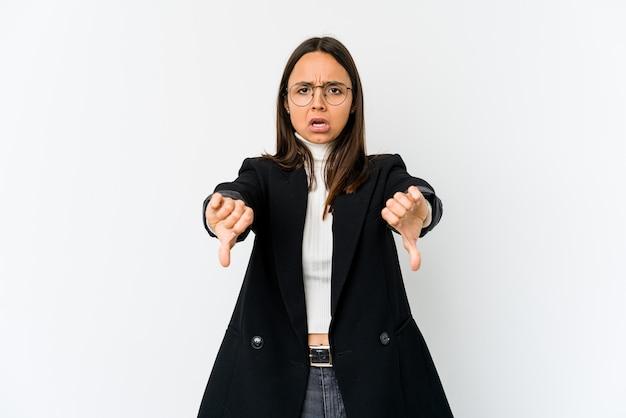 Mulher de negócios jovem raça mista isolada no espaço em branco, mostrando o polegar para baixo e expressando antipatia.
