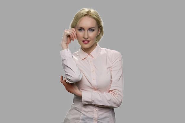 Mulher de negócios jovem sedutora olhando para a câmera. vista frontal da bela mulher sexy posando no estúdio.