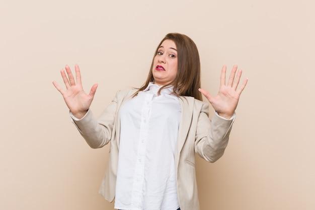 Mulher de negócios jovem sendo chocada devido a um perigo iminente