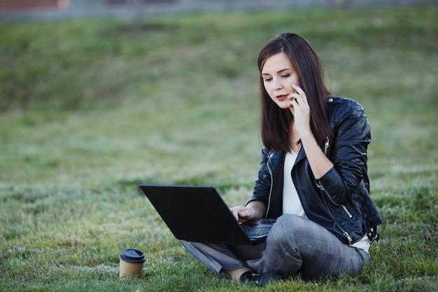 Mulher de negócios, trabalhando no laptop em um café | Foto Grátis