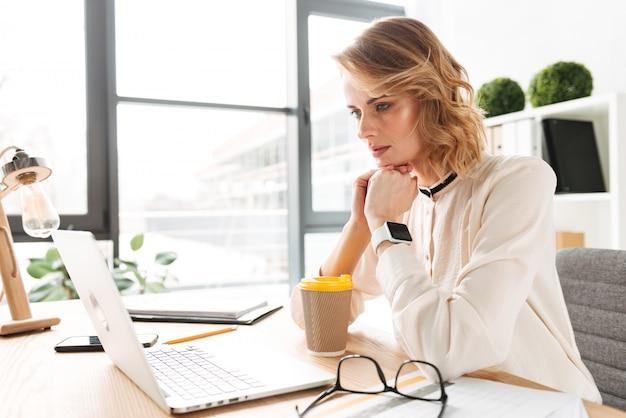 Mulher de negócios jovem séria concentrada