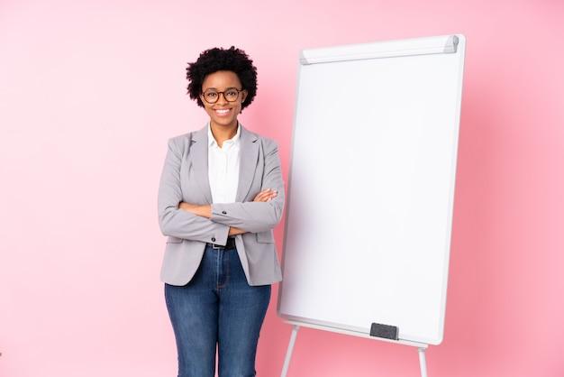 Mulher de negócios jovem sobre parede isolada