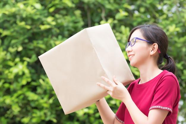 Mulher de negócios jovem trabalhando com compras on-line de telefone móvel no escritório em casa