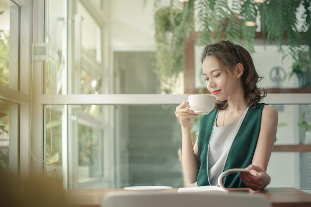 Mulher de negócios jovem trabalhando em seu escritório.