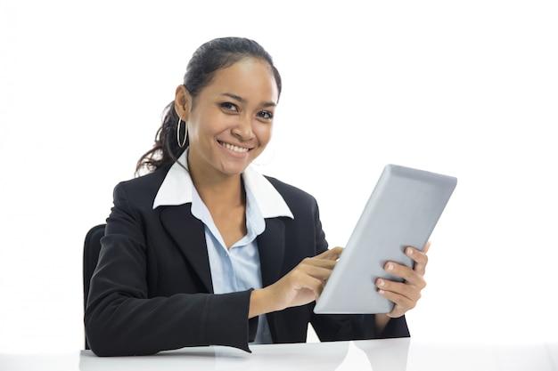 Mulher de negócios jovem trabalhando em seu tablet pc