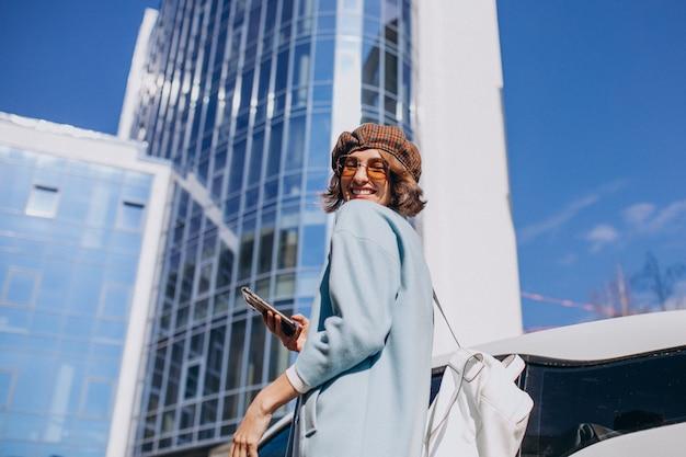 Mulher de negócios jovem viajando de carro eletro