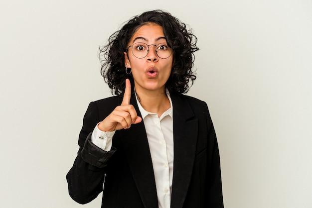 Mulher de negócios latinos jovem isolada no fundo branco, tendo uma ótima ideia, o conceito de criatividade.