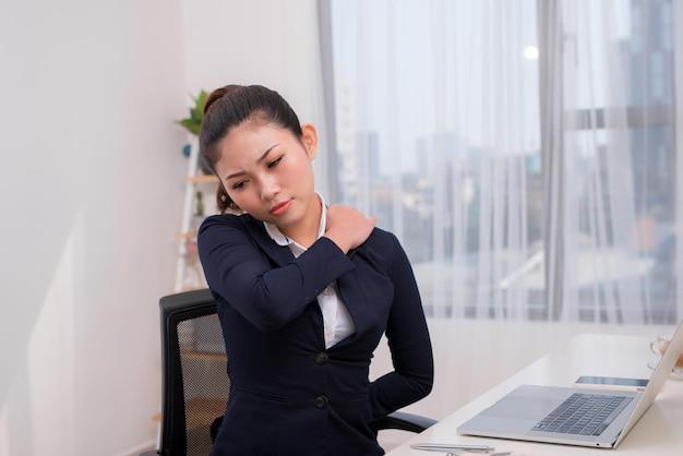 Mulher de negócios levando um estilo de vida sedentário causando dores nas costas
