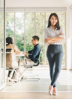 Mulher de negócios linda asiática em vestido casual de pé com confiante
