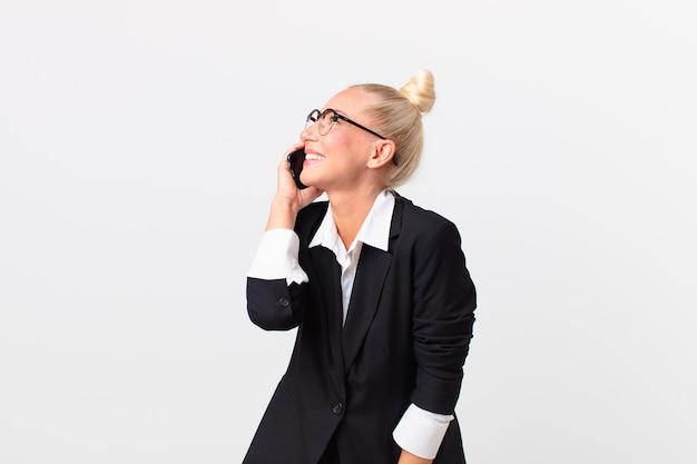 Mulher de negócios loira e bonita com um smartphone