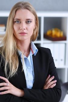 Mulher de negócios loira no retrato de terno preto