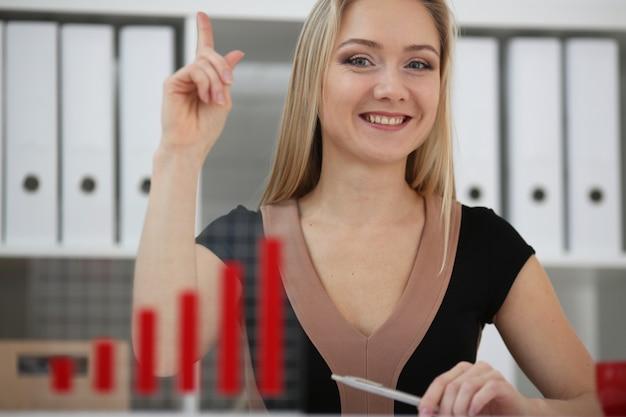 Mulher de negócios loira surge com a idéia de aumentar seu próprio lucro