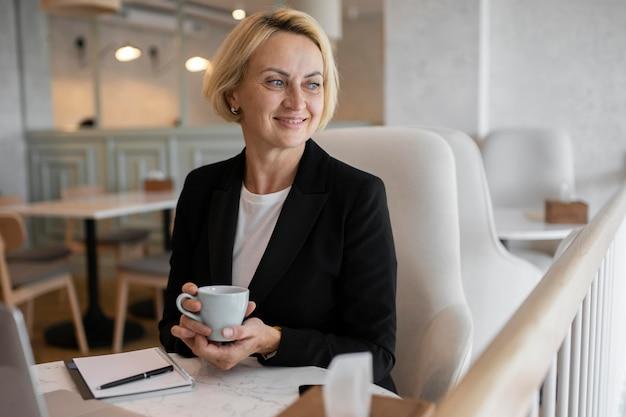 Mulher de negócios loira trabalhando