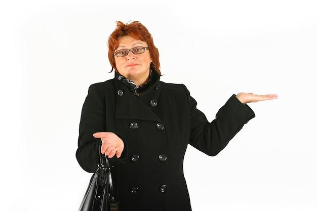 Mulher de negócios madura fica surpresa com algo