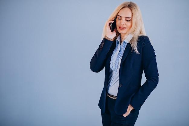 Mulher de negócios madura isolada usando o telefone
